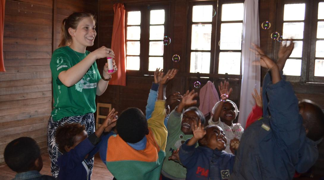 Con un voluntariado de educación puedes ayudar a mejorar el futuro de muchos niños.